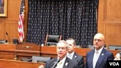جو ویلسون، نماینده جمهوریخواه کارولینای جنوبی در مجلس نمایندگان ایالات متحده آمریکا، در یکی ازجلسات کمیته فرعی امور خارجی مجلس نمایندگان با عنوان «وضعیت گروگانهای آمریکایی در ایران» (آرشیو)