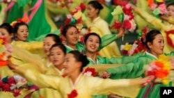 지난 2010년 북한 노동당 집권 65주년 기념일에 평양에서 열린 아리랑 집단체조에서 북한 무용수들이 춤을 추고 있다. (자료사진)