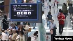 11일 인천국제공항 출국장 전광판에 지카바이러스 주의안내문이 걸려 있다.
