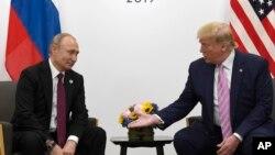 Predsednik Rusije Vladimir Putin i predsednik SAD Donald Tramp na sastanku u Osaki