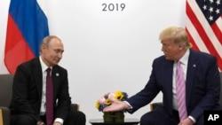 일본 오사카에서 주요20개국(G20) 정상회의가 열린 가운데 도널드 트럼프 미국 대통령과 블라디미르 푸틴 러시아 대통령이 지난해 6월 양자회담을 열었다.