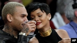 Pasangan penyanyi Chris Brown dan Rihanna saat menonton pertandingan bola basket NBA di Los Angeles, Desember 2012. (AP/Alex Gallardo)