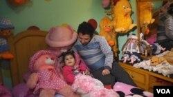 مصر کے اس شخص کے لیے سب سے زیادہ خوشی کی بات اپنی بیٹی سے کھیلنا ہے۔ (فائل فوٹو)