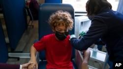 12-godišnjak se vakciniše protiv Covida u Kaliforniji.