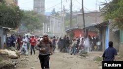 watu wakikimbia baada ya tishio la bomu kutokea katika mtaa wa Earthquake.