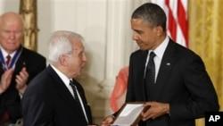 """Presiden Barack Obama saat memberikan medali penghargaan anumerta kepada Jan Karski yang diterima oleh Menlu Polandia Adam Daniel Rotfeld (29/5). Obama salah menyebut """"kamp kematian Polandia"""" dalam acara tersebut."""