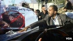 Para demonstran Palestina mengepung mobil yang ditumpangi Menlu Perancis, Michele Alliot-Marie di Beit Hanun, Jalur Gaza, Jumat 21 Januari 2011.
