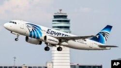 Ảnh tư liệu - Một chiếc máy bay Airbus A320 của hãng hàng không EgyptAir cất cánh.