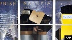 Bưu điện ở Quảng trường Syntagma bị phá hủy trong vụ đụng độ giữa người biểu tình và cảnh sát Hy Lạp, ngày 30/6/2011