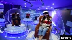 2019年3月北京电影观众头戴虚拟现实头盔观看电影。