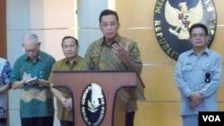 Menko Polhukam RI Djoko Suyanto dalam konferensi persnya hari Sabtu (4/8) di Jakarta mendesak kedua institusi penegak hukum, KPK dan Polri agar lebih bersinergi mejalankan tugas fungsinya (foto: Budi Nahaba).