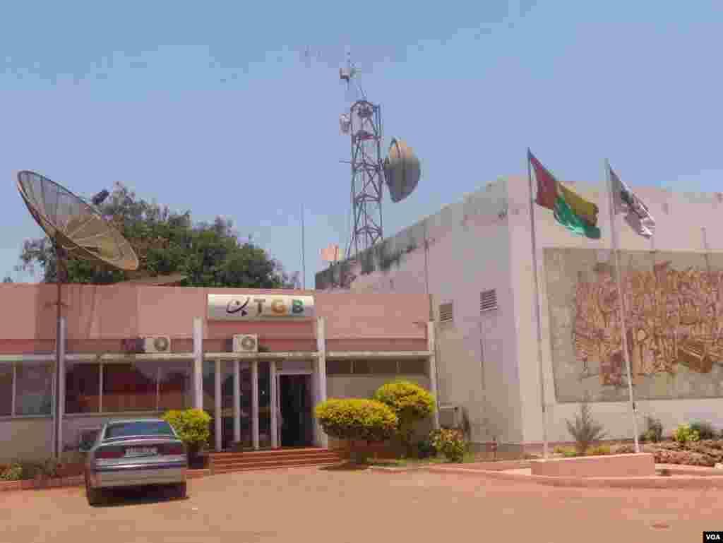 A comunicação social estatal esteve de greve até 7 de Abril, sem cobrir muitos dos momentos importantes da campanha. Estação de Televisão da Guiné-Bissau - Eleições 13 de Abril 2014