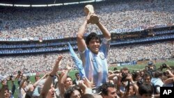 Maradona brandit la Coupe du monde après la victoire de l'Argentine sur l'Allemagne de l'Ouest 3-2, en finale à Mexico, Mexique, 29 juin, 1986.