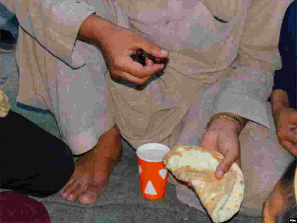 کراچی میں کئی ایسے مخیر افراد ہیں جو شہر کی مختلف شاہراہوں پر افطاری کا سامان بھجواتے اور مستحقین کو روزہ کھلواتے ہیں