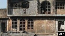 Các ngôi nhà và xe hơi bị cháy rụi trong vụ nổ một đường ống dẫn dầu ở Texmelucan, Mexico, 19/12/2010