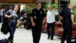 3月20日,警察守卫新奥尔良国际机场A与B大厅入口