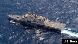 Tàu chiến Mỹ USS Fort Worth trong một cuộc tuần tra ở Biển Đông cùng với tàu khu trục tên lửa dẫn đường USS Lassen. (Ảnh: Joe Bishop/Hải quân Hoa Kỳ).