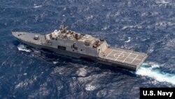 Tàu tác chiến cận duyên USS Fort Worth (LCS 3) trong cuộc tuần tra trong vùng biển quốc tế ở Biển Đông với tàu khu trục tên lửa dẫn đường USS Lassen. (Ảnh: US Navy/Joe Bishop).