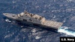 Tàu USS Fort Worth (LCS 3) trong cuộc tuần tra trong vùng biển quốc tế ở Biển Đông với tàu khu trục tên lửa dẫn đường USS Lassen. (Ảnh: US Navy/Joe Bishop).