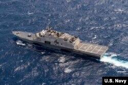 Tàu chiến USS Fort Worth (LCS 3) tiến hành các hoạt động kết hợp trong vùng Biển Đông với tàu khu trục trang bị tên lửa dẫn đường USS Lassen (DDG 82).