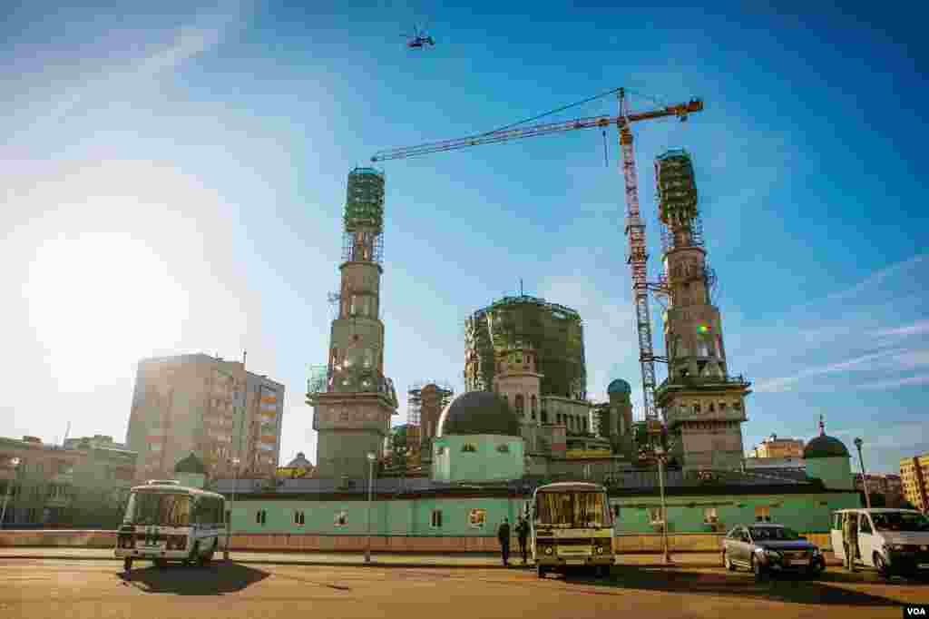 Twin minarets of Moscow's new Cathedral Mosque rise over the green painted madrassa, a religious school which dates to the original construction in 1904. (Vera Undritz for VOA)