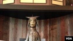 """Skulptura """"Godzila"""" O. L. Semjuelsa na izložbi """"Čovek, duša i mašina: Na putu ka jedinstvu"""" u muzeju Američke vizionarske umetnosti u Baltimoru"""