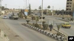 Tank-tank Suriah siaga di dekat pangkalan udara Deir al-Zour, Suriah timur (foto: dok).