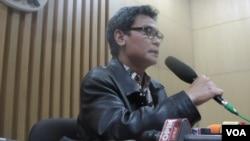 Juru bicara KPK Johan Budi memberikan penjelasan soal kasus dugaan korupsi dalam proses penyelenggaraan haji tahun 2012-2013 di Jakarta, Kamis (22/5) malam (foto: dok. VOA/Andylala).