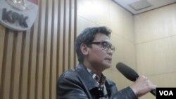 Juru bicara KPK Johan Budi mengumumkan penahanan mantan Kakorlantas Mabes Polri Irjen Pol.Djoko Susilo, Senin (3/12). (Foto: VOA/Andylala)