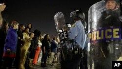 미국 퍼거슨 시에서 지난 11일 밤 시위대와 경찰이 대치하고 있다.