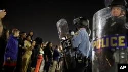Des policiers déployés lors des émeutes qui ont suivi la mort de jeune Noir abattu par un policier blanc à Ferguson, dans le Missouri