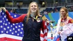 La estadounidense Lilly King celebra su medalla de oro en los 100 metros mariposa. A la derecha aparece Yulia Efimova, medalla de plata.