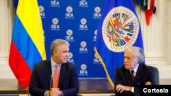 Iván Duque (Izq) y Luis Almagro se reunieron en Washington el martes 12 de octubre de 2021. [Foto: Presidencia de Colombia]
