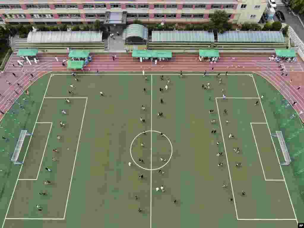 ေတာင္ကိုရီးယားႏိုင္ငံ Daejeon ၿမိဳ႕ကေက်ာင္းတေက်ာင္းမွာ COVID-19 စစ္ဖို႔ တန္းစီေစာင့္ေနၾကတဲ့ ေက်ာင္းသားမ်ားနဲ႔ မိဘမ်ား။ (ဇူလိုင္ ၀၂၊ ၂၀၂၀)