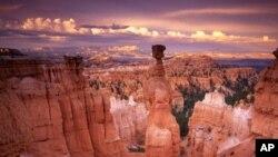 ທິວວະທັດອັນສວຍງາມຂອງຫຸບເຂົາເລິກ Grand Canyon ທີ່ເປັນຜົນມາຈາກແມ່ນໍ້າທີ່ໄຫລເຊາະດິນ ເປັນເວລາຫລາຍພັນປີ.