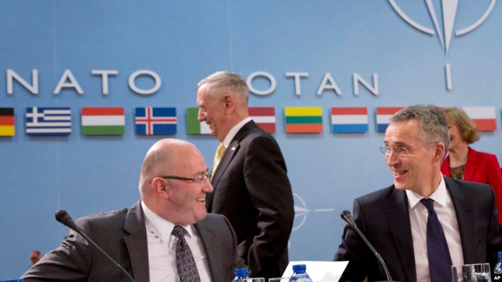 Министр обороны Грузии Леван Изория и генсек НАТО Йенс Столтенберг