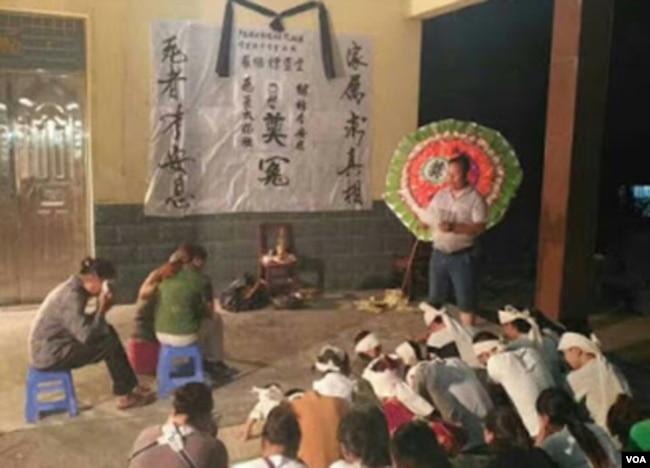 家人悼念凤城镇村民罗继标(微信图片)