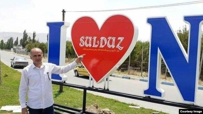 Sulduz şəhərinin girişində lövhə