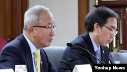 현오석 한국 부총리 겸 기획재정부 장관(왼쪽)이 29일 서울 한국수출입은행에서 열린 대외경제장관회의에서 모두발언을 하고 있다.