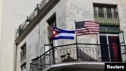 La banderas de Estados Unidos y Cuba ondean en algunos edificios de La Habana, en anticipación a la histórica visita del presidente Barack Obama.