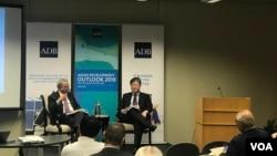 亞洲開發銀行首席經濟學家澤田康幸(右)在華盛頓智庫卡內基和平基金會介紹亞行新近發表的《亞洲發展展望》報告。該報告預測亞洲發展中經濟體今明兩年將繼續穩定增長。(蕭洵 攝影)