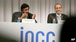 Chủ tịch Ủy Ban Liên chính phủ về Khí hậu Biến đổi (IPCC) Rajendra Pachauri (trái) nói chuyện tại một cuộc họp báo gần Tokyo