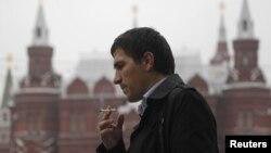 Warga Rusia merokok di pusat kota Moskow (foto: dok). Mulai 1 Juni 2013 Rusia mengenakan larangan merokok di tempat-tempat umum.