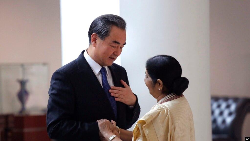 印度外長斯瓦拉傑與中國外長王毅握手(2017年12月11號資料照)