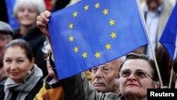 지난 2014년 독일 베를린에서 앙겔라 메르켈 총리 지지자들이 유럽연합 깃발을 들고 있다. (자료사진)