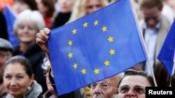Un drapeau de l'Union Européenne est brandi lors d'un rassemblement électoral à Berlin, le 14 mai 2014.