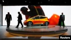 Xe Bolt EV của Chevrolet được trưng bày tại Triển lãm Xe hơi Quốc tế Bắc Mỹ ở Detroit, Michigan,ngày 12/1/2017.