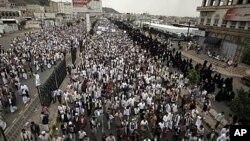 ហ្វូងបាតុករប្រឆាំងរដ្ឋាភិបាលដើរជាក្បួនក្នុងពេលបាតុកម្មនៅ Sana'a កាលពីថ្ងៃទី១៩ ខែសីហា ២០១១ ដោយទាមទារឲ្យប្រធានាធិបតីយេម៉ែន Ali Abdullah Saleh ចុះចេញពីដំណែង។