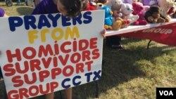 Un grupo que apoya a sobrevivientes de homicidio está ofreciendo consejería en Sutherland Springs, Texas, donde un hombre armado mató a 26 personas e hirió a otras 20 el domingo en una iglesia. Nov. 7, 2017. Foto:Gesell Tobias/VOA.