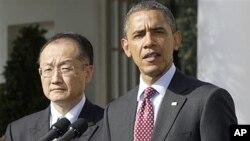 오바마 대통령(오른쪽)이 23일 김용 다트머스 대학 총장(왼쪽)을 세계은행 총재 후보로 지명하는 기자회견을 갖고 있다.